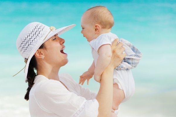 Débuter la diversification alimentaire de bébé en vacances… vraie bonne idée ?